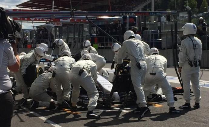 Mecânicos da Williams tiram detritos presos no assoalho de Felipe Massa (Foto: Reprodução)