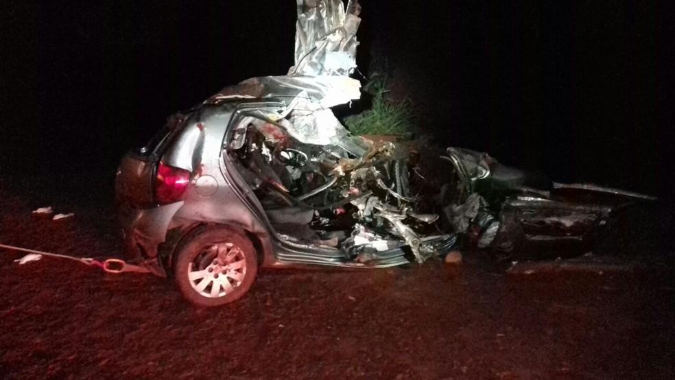 Quatro pessoas morreram em acidente entre carro e caminhão na BR-376, em Alto Paraná, na noite de segunda-feira (1º) (Foto: PRF/Divulgação)