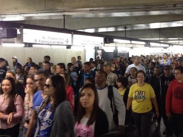 Fiéis lotam estação da Luz do Metrô para participar de Marcha para Jesus 2015 (Foto: Letícia Macedo/G1)