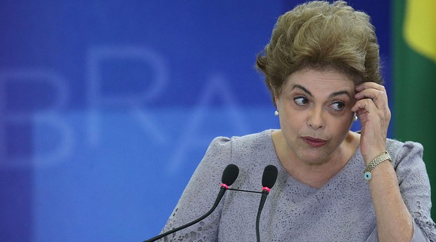 A presidente Dilma Rousseff discursa durante encontro com juristas contrários ao impeachment (Foto: AP Photo/Eraldo Peres)