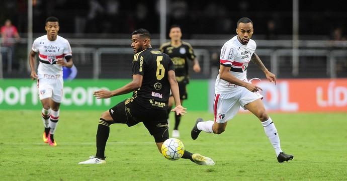 Reinaldo, lateral-esquerdo Ponte Preta (Foto: Marcos Ribolli/GloboEsporte.com)