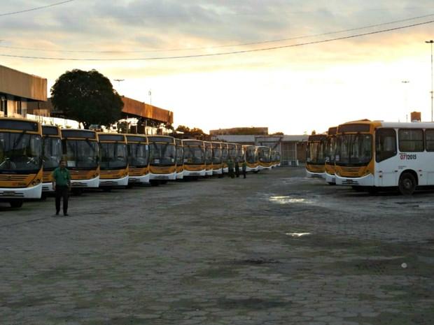 Ônibus parados na garagem da empresa Global (Foto: Adneison Severiano/G1 AM)