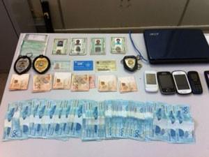 Foram apreendidos dinheiro e celulares com suspeitos presos no Detran, em Natal (Foto: Leonardo Melo/G1)