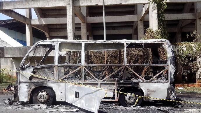 Micro-ônibus do Marília foi incendiado após rebaixamento da equipe para a Série A2 do Paulista (Foto: Guilherme Tavares/ TV TEM)
