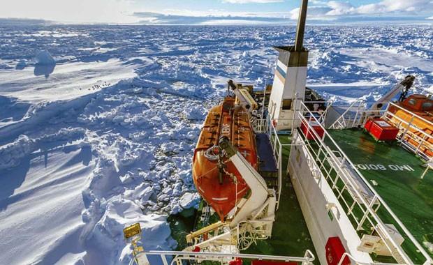 Navio russo MV Akademik Shokalskiy, rodeado de gelo na Antártica nesta sexta (Foto: AP)