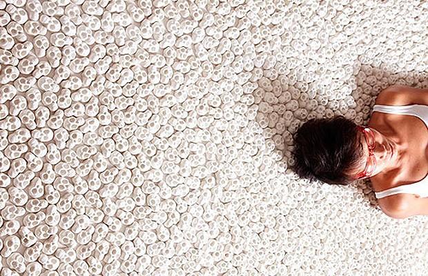 Os visitantes são convidados a sentir a textura (Foto: Divulgação)