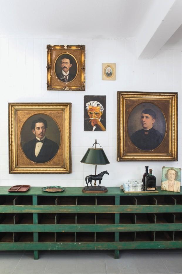 As telas com moldura dourada em exposição na loja Verniz, em São Paulo, foram garimpadas em uma casa no Alto de Pinheiros, em São Paulo, e datam de 1868 (Foto: Flare Fotografia / Editora Globo)