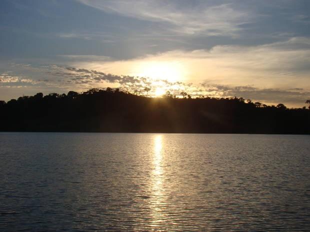 O Lago de Tucuruí foi formado a partir da construção da UHE e permite uma vista encantadora do pôr-do-sol da cidade (Foto: Divulgação)