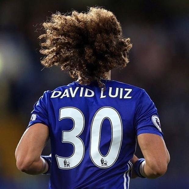 A foto que o jogador David Luiz postou, em outubro, na qual aparece com a camisa do Chelsea, foi a que mais rendeu curtidas para o atleta em 2016: 278 mil (Foto: Reprodução/Instagram)