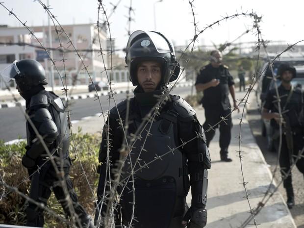 Policiamento foi reforçado próximo à Academia de Polícia onde Morsi é julgado no Egito. (Foto: Khaled Desouki / AFP)