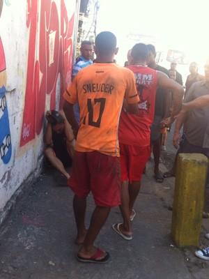 Homem tenta se defender de golpes após roubar celular no Centro do Rio. (Foto: Jorge Antônio Bastos/ Arquivo pessoal)