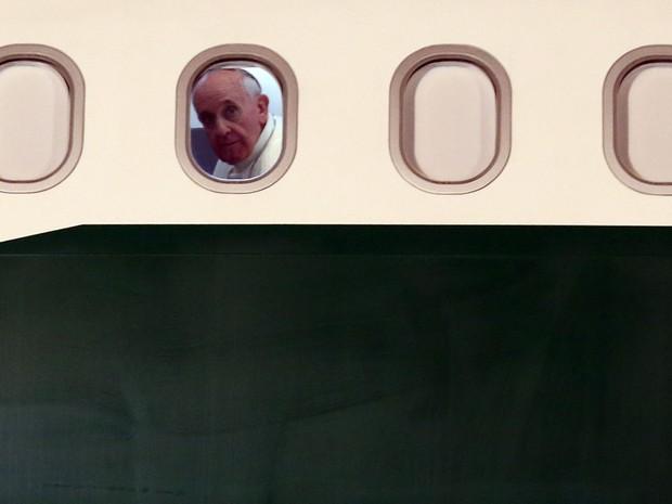 28/7 - Papa Francisco olha da janela do avião antes da decolagem do Brasil (Foto: Fabio Motta/Estadão Conteúdo)