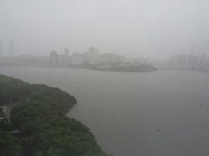 Às 16h, fortes chuvas ainda caíam sobre a Região Metropolitana do Recife (Foto: Pedro Lins/TV Globo)