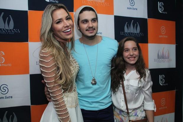Adriana posa com Luan Santana no camarim (Foto: GRAÇA PAES/PHOTO RIO NEWS)