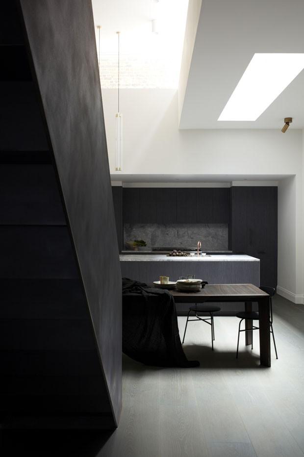 Uma casa dark e minimalista em Londres (Foto: Graham Atkins Hughes/ divulgação)
