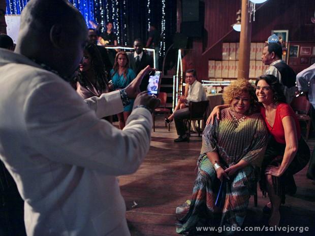 Solange faz questão de registrar o encontro com a Marrom (Foto: Salve Jorge/TV Globo)
