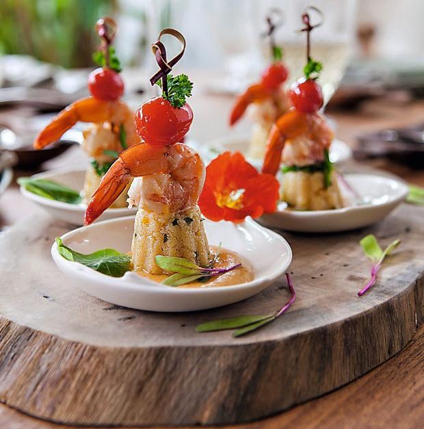 Cuscuz de milho com camarões grelhados e molho de bobó (Foto: Lufe Gomes / Editora Globo)