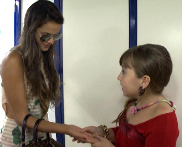 Mila Freitas lê a mão de Bruna Marquezine (Foto: Vídeo Show/TV Globo)