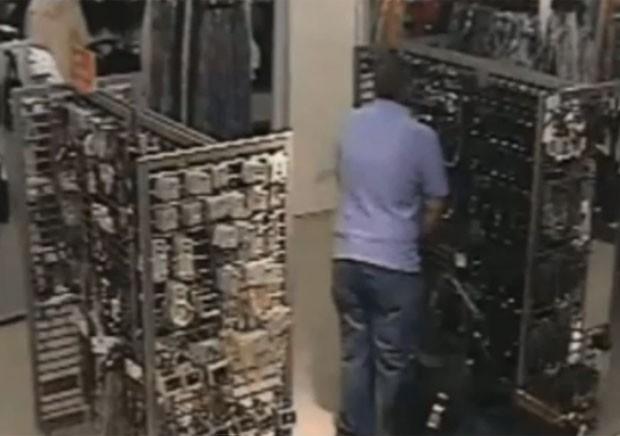 Homem foi filmado urinando em loja no Reino Unido (Foto: Reprodução/YouTube/Danger News)