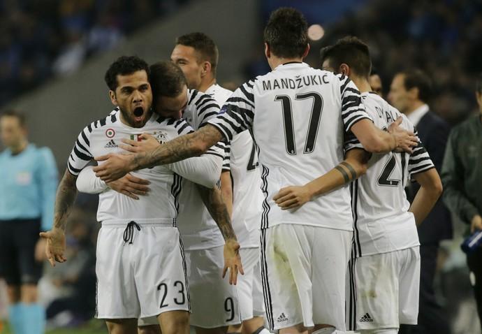 Daniel Alves Juventus Porto Liga dos Campeões (Foto: Reuters)
