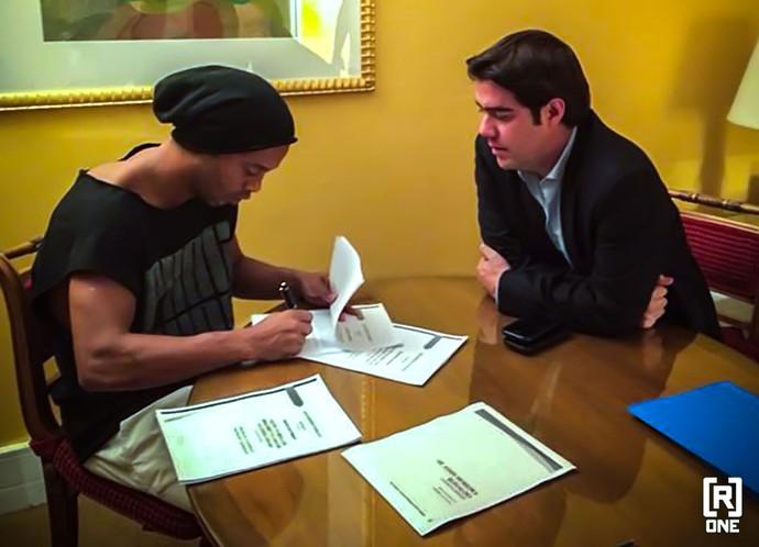 Ronaldinho assina contrato com Club Queretaro (Foto: Reprodução / Twitter)
