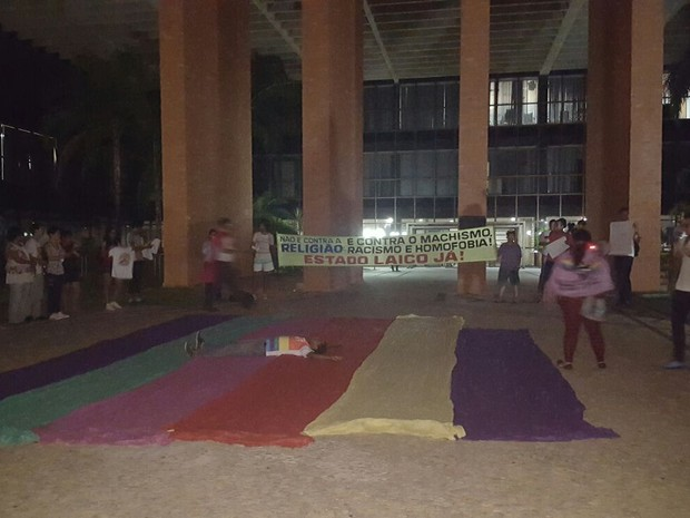 Manifestantes estão reunidos na frente da Assebleia Legislativa (Foto: Kristoferson Moreira/TV Anhanguera)
