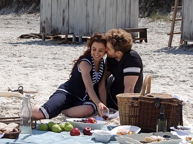 Edgar e Laura passam o dia juntos na praia de Copacabana (Foto: Lado a Lado / TV Globo)