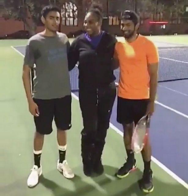 """BLOG: """"Posso jogar com quem ganhar?"""": Serena surpreende tenistas em quadra pública"""