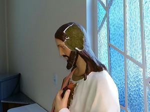 Homem danificou imagem do Sagrado Coração de Jesus em Juiz de Fora (Foto: Rodrigo Neves/G1)