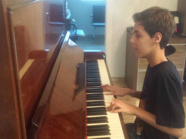Luan toca sete instrumentos musicais; entre eles, o piano (Foto: Alana Fonseca/G1)
