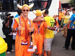 Holandês adota visual inusitado para assistir ao jogo em Salvador (Foto: Ruan Melo/G1)