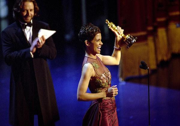 Halle Berry ao receber o Oscar de Melhor Atriz em 2002 (Foto: Getty Images)