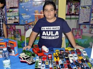 O menino Gustavo Porto, com parte de sua coleção de miniaturas em Campinas (Foto: Luciano Calafiori/G1)