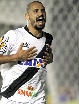 Douglas Silva comemora gol do Vasco contra o Bragantino