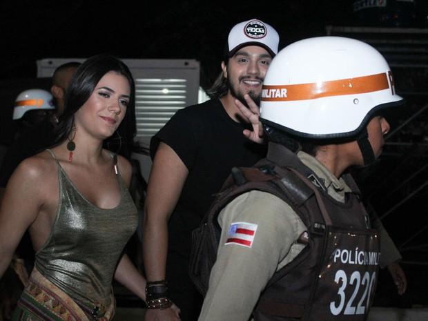 Cantor e namorada foram simpáticos com imprensa (Foto: Tiago Caldas/Ag. Haack)