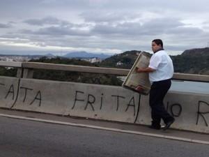 Cobrador recolheu peça na ponte (Foto: Vitor Jubini / A Gazeta)