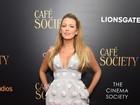 Blake Lively, grávida, usa vestido decotado e curtinho em première