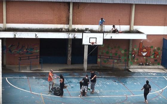 Ex-alunos fizeram mobilização para fazer reparos e colaborar com a limpeza da Escola Estadual M.M.D.C., na Zona Leste de São Paulo (Foto: Gabriela Varella)