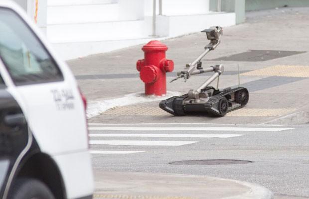 Policiais do Gate usam um robô para verificar a mochila suspeita (Foto: Dario Oliveira/Código 19/Estadão Conteúdo)