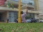 Homem se acorrenta a placa por decisão judicial de auxílio-doença