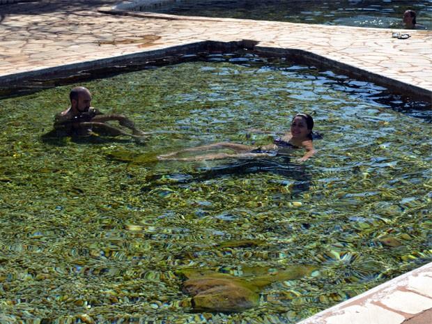 Casal relaxa em piscina com água termal mineral (Foto: Tiago Campos / G1)