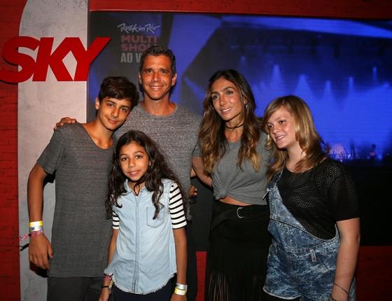 Cota de convites caprichada: Marcio Garcia este na área VIP do festival com sua bela família (Foto: AG. News)