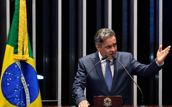 O senador Aécio Neves na tribuna do Senado (Foto: Mateus Bonomi / AGIF/AFP)