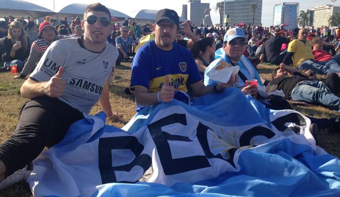 Argentinos aproveitam o clima de tranquilidade de Porto Alegre (Foto: Vinícius Guerreiro/G1)