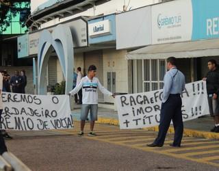 grêmio protesto faixas olímpico torcida (Foto: Eduardo Deconto/GloboEsporte.com)