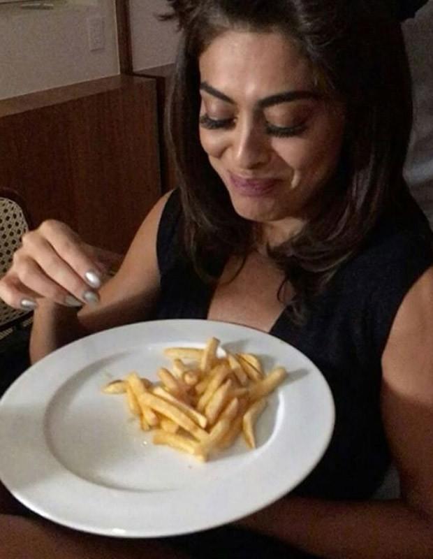 Juliana Paes devora batatas fritas (Foto: Reprodução)