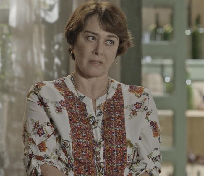 A mãe de Felipe desconfia do comportamento da ex-nora (Foto: TV Globo)