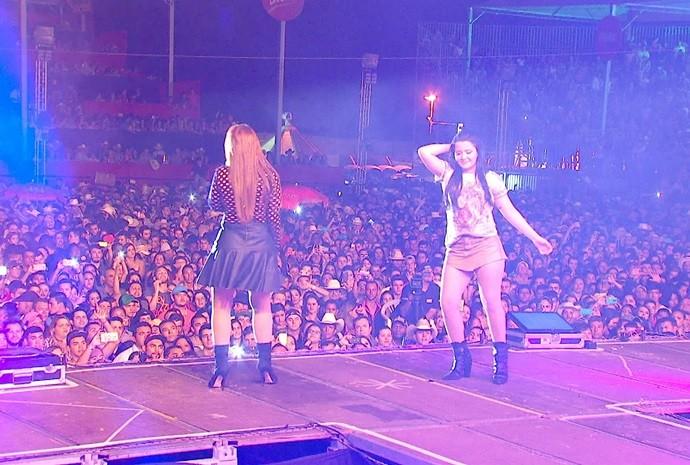 Dupla de cantoras embala as multidões com sucessos sertanejos (Foto: Reprodução / TV TEM)