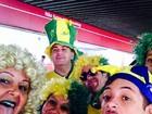 Fantasiada, mãe de David Luiz vai ao estádio ver abertura da Copa