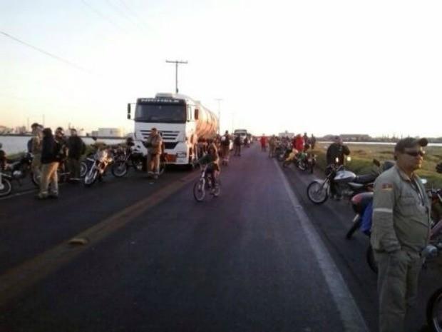 Protesto em Rio Grande, no Sul do estado, deixa BR-392 bloqueada na manhã desta terça-feira (27)  (Foto: PRF / Divulgação)